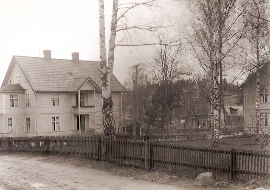"""""""Hotellet"""". Kortet är taget från gamla Kvilletorpsvägen. Från vänster: Hotellet som Emil Johnsson byggde omkring 1909 (rivet 2004). """"Likboa"""", där brandsprutan förvarades."""