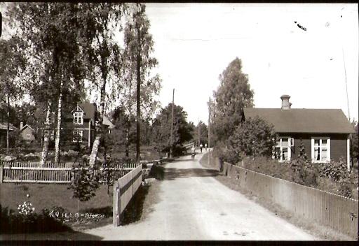 Gamla Öknavägen vid Karlfors. Till vänster villan, byggt 1909 och till höger Lilla Karlfors, där bla Rosöns mälarverkstad fanns.