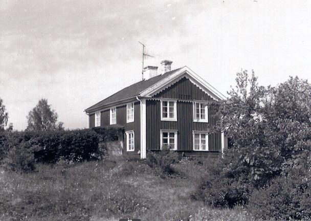 """Kvillsberg. Byggt omkring 1850, ursprungligt namn är Qvillsberg. Det har även kallats """"Lunka vichen"""", """"Karlsberg"""", """"Creutz"""" och """"Elmårs""""."""