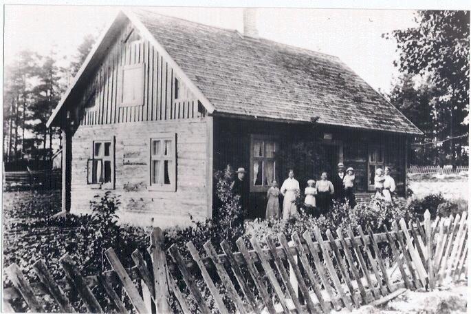 Äldsta huset i Kvillsfors. Stensdal vid Storgatan 7. Byggt omkring 1800. Ägare 1892-1927 skollärare August Adén. Telefonstation 1907-1965. Fotot taget 1916 med hemgjord kamera av mjölnare Olofsson.
